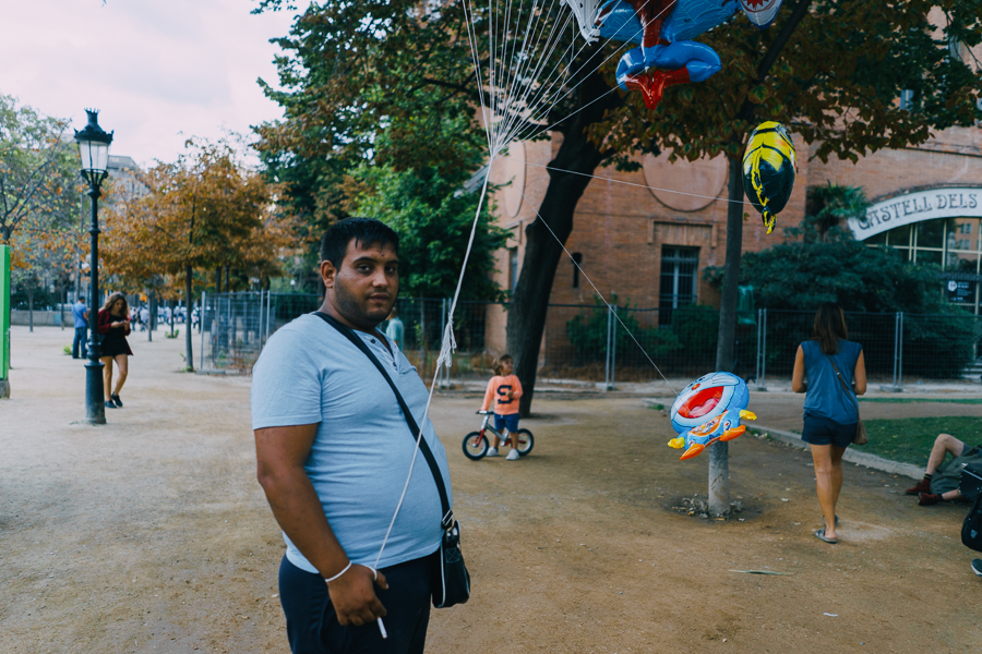 Man selling balloons in a Barcelona park, photography by Ilias Antoniou